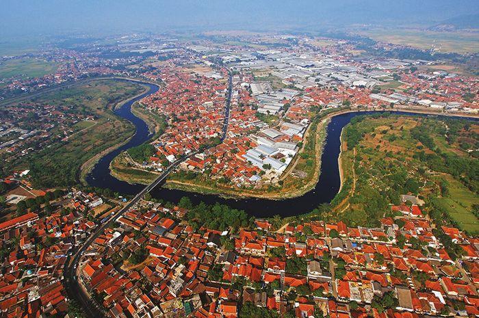 Citarum, sungai terpanjang dan terbesar di  Provinsi Jawa Barat, melayani populasi 25 juta manusia,