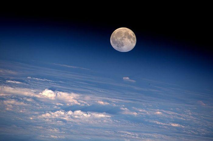Bulan purnama dilihat dari Stasiun Antariksa Internasional (ISS)