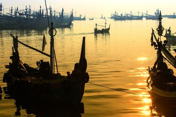 Perahu nelayan di pesisir Muncar, Banyuwangi, Jawa Timur.