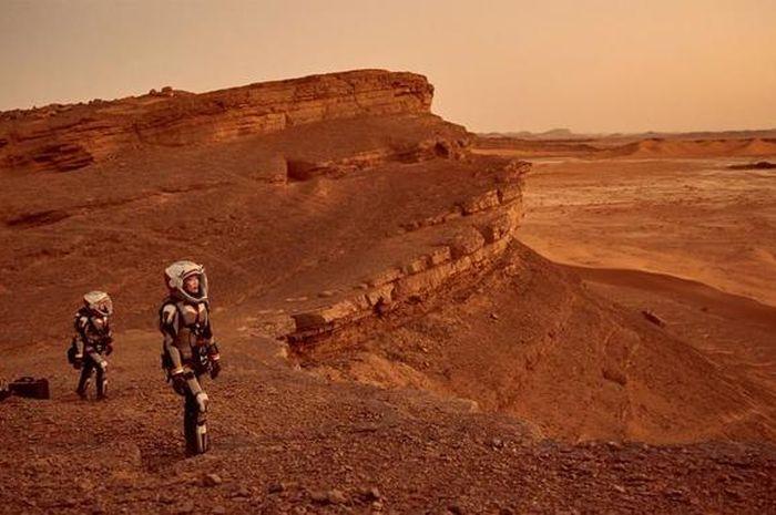 Astronot melangkah di daratan Mars dalam sebuah adegan dari serial televisi MARS National Geographic