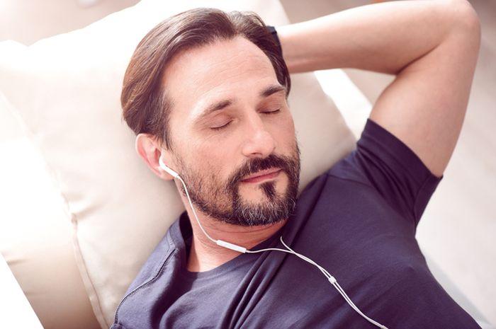 Ketika sering ditempa suara keras melalui earphone, bisa terjadi kerusakan saraf atau gangguan senso