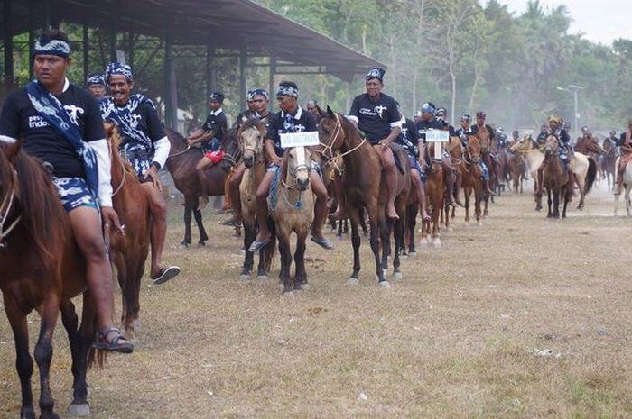 Para peserta Parade 1001 Kuda Sandalwood di Kabupaten Sumba Timur, Nusa Tenggara Timur, Senin (3/7/2