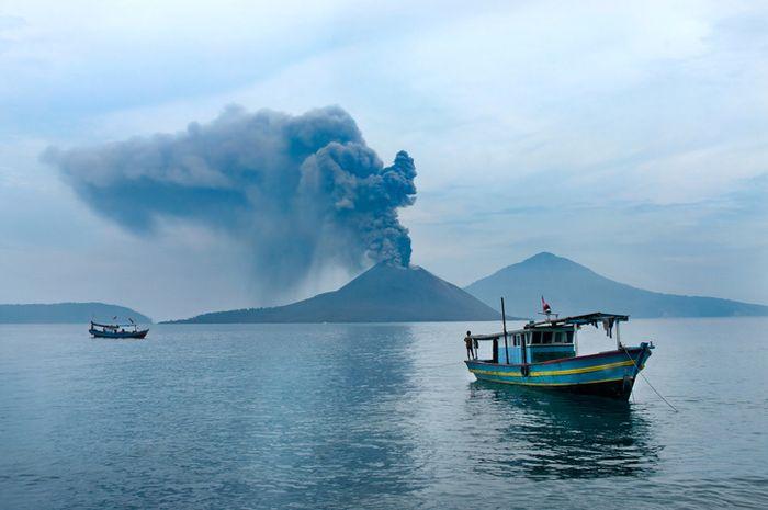 Perahu dengan latar belakang Gunung Anak Krakatau.