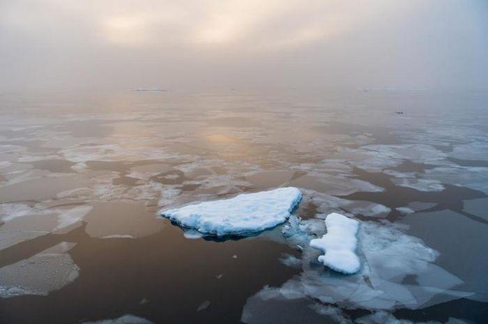 Matahari terbit di pagi hari di Arktika.
