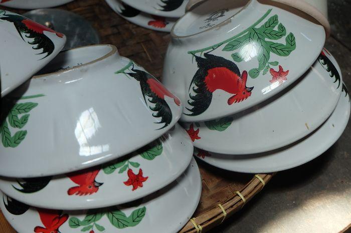 Mangkuk ayam jago di rumah batik Liem Ping Wie, Pekalongan.