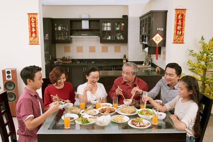 Dalam tradisi Tionghoa, perayaan tahun baru Imlek identik dengan makan bersama sebagai ungkapan kebersamaan.