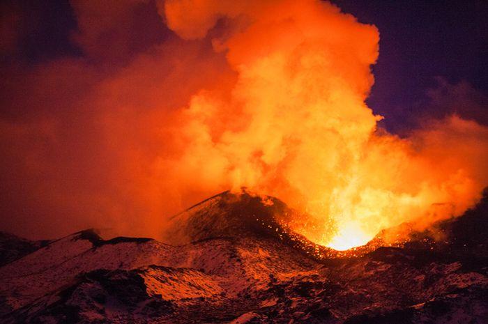 Ilustrasi letusan gunung berapi.