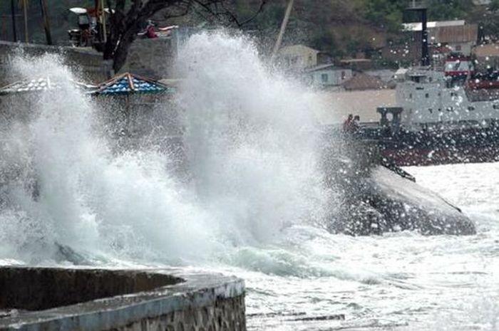Ilustrasi gelombang laut tinggi.