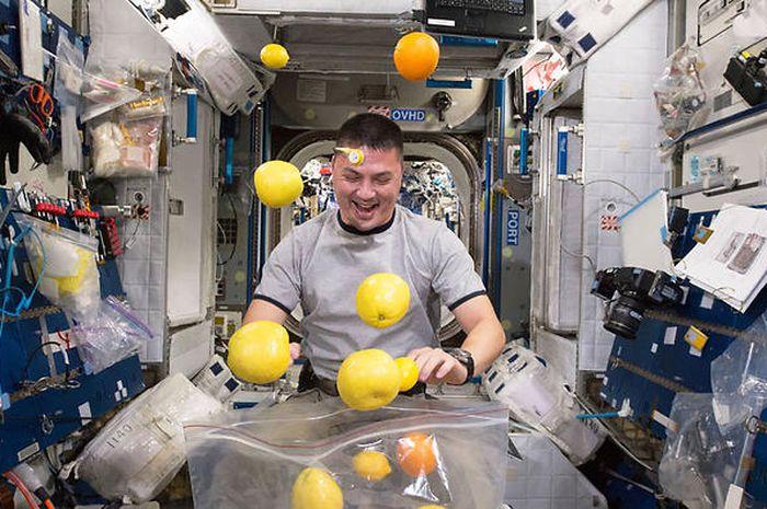 Walau Sulit Makan, Ternyata Ada Camilan Ringan Favorit Para Astronot Saat di Luar Angkasa