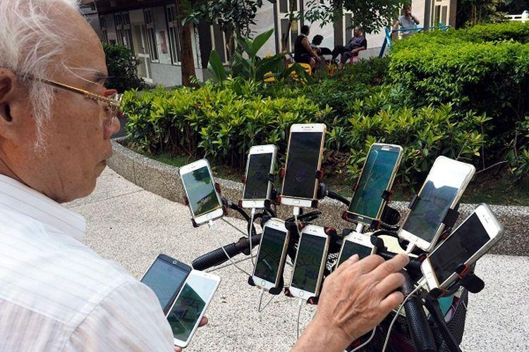 Demi Kumpulkan Pokemon Go, Kakek ini Pasang 11 Ponsel di Sepeda
