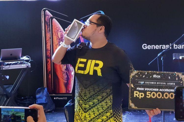 Perjuangan Fadli Pembeli Pertama iPhone XR, Harus Antre dari Shubuh