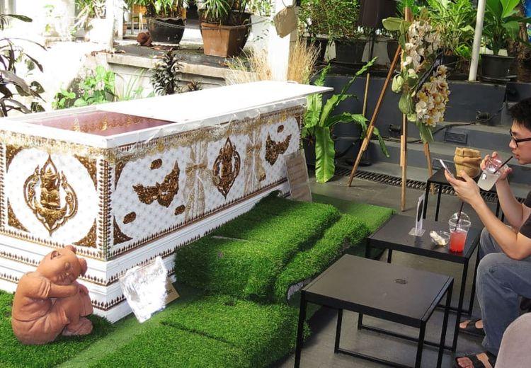 Berani Mampir ke Kafe Kematian di Bangkok dan Menikmati Kopi di Peti Mati?