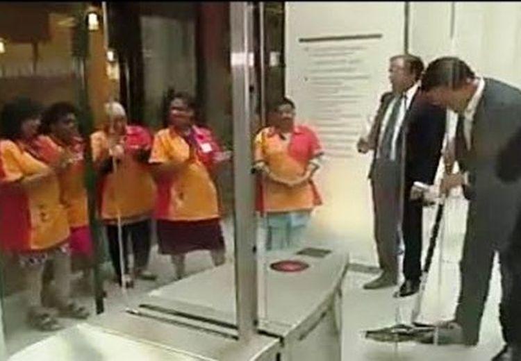 Patut Dicontoh! Kopinya Tumpah, Perdana Menteri Ini Ngepel Lantai Kotor Tersebut Sendiri