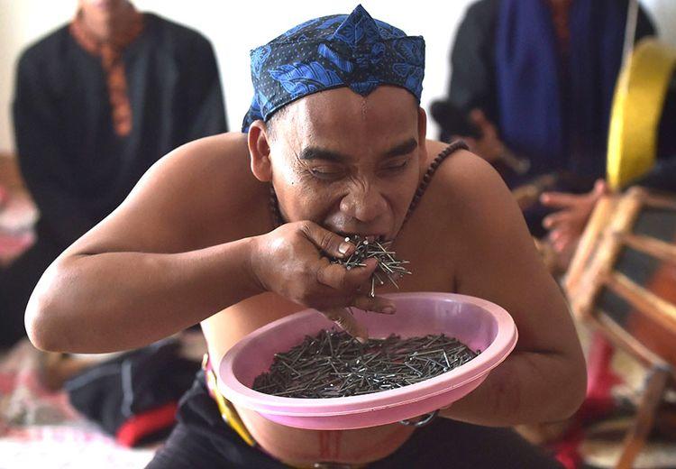 Kekuatan Para Pemain Debus di Indonesia: Setara dengan Paku dan Parang