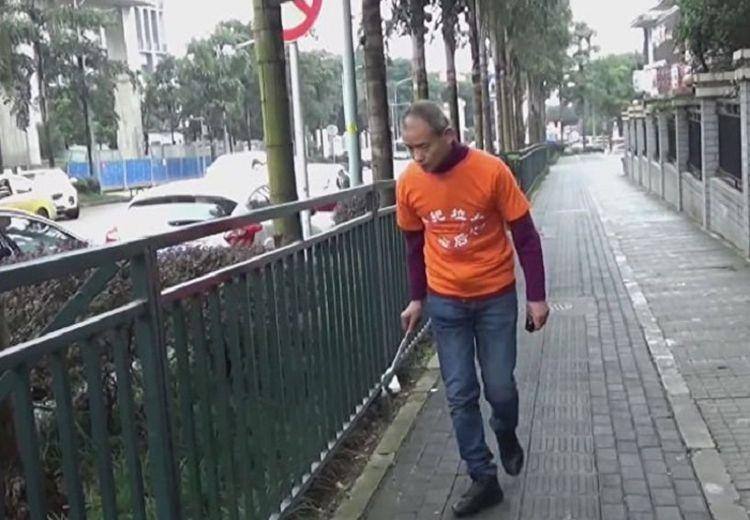Bukan Foya-foya, Miliarder ini Habiskan Waktunya untuk Punguti Sampah di Jalanan