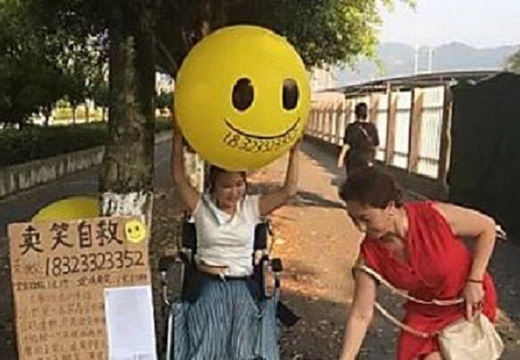 Wanita Ini Selalu Duduk dengan Kursi Roda dan Menjual Senyum Pada Setiap Orang, Ada Kisah Mengharukan di Baliknya
