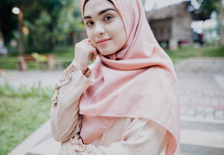 Yuk Tiru Fashion Hijab Long Dress untuk Idul Adha Ala Vebby Palwinta!