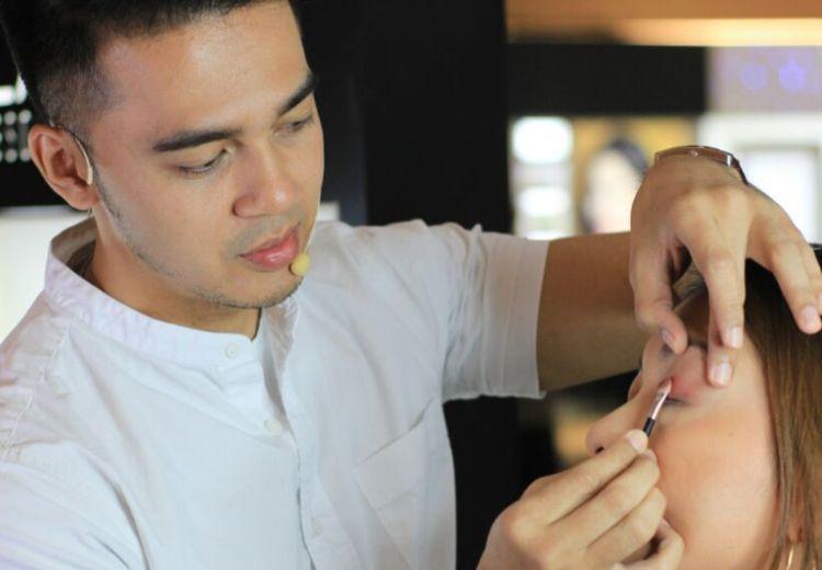 Kisah Iwwan Haroun, dari Beauty Advisor Laki-laki Pertama Hingga Menjadi Makeup Artist Profesional