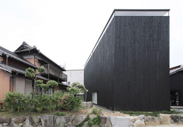 Sangat Kontras dengan Eksteriornya yang Gelap, Yuk Lihat Interior Rumah Minimalis di Jepang