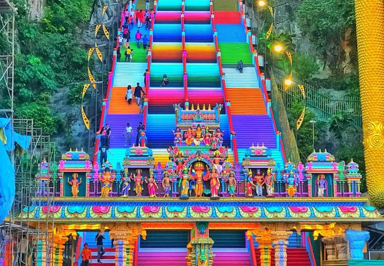 272 Anak Tangga Kuil di Batu Caves, Kini Jadi Warna-warni, lo!