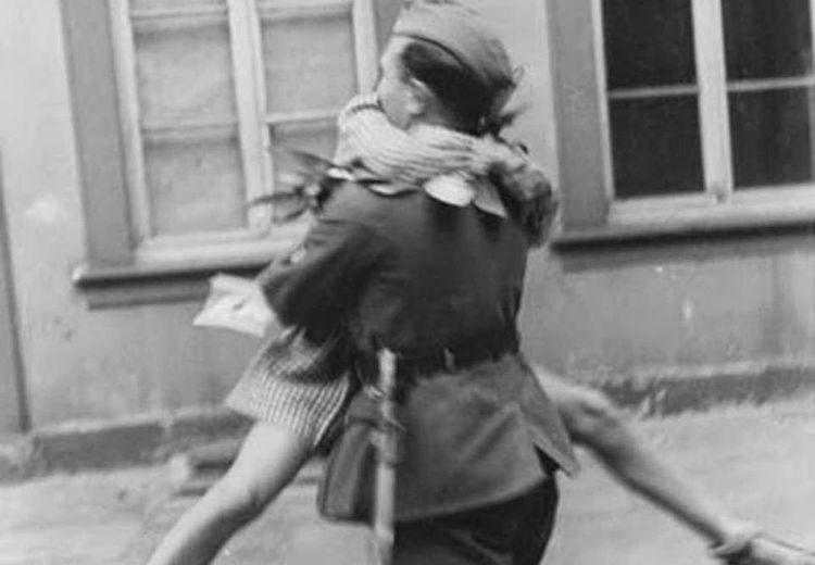 'Tidur dengan Musuh': Ketika Wanita-wanita Prancis yang Dijajah Jerman Jatuh ke Pelukan Tentara Nazi