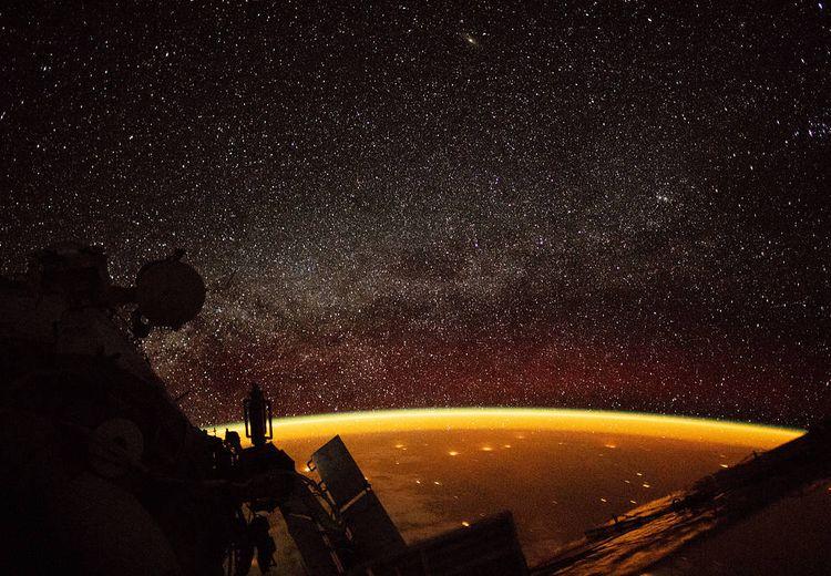 Astronaut di Luar Angkasa Tangkap Cahaya Oranye di Atas Lapisan Bumi