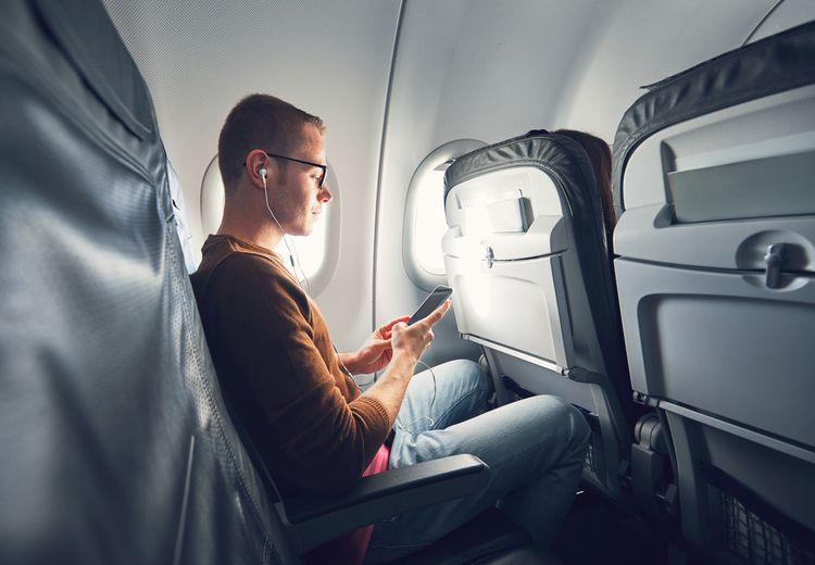Menggunakan Ponsel di Pesawat Aman, Tapi Mengapa Tetap Tidak Boleh Menelepon?