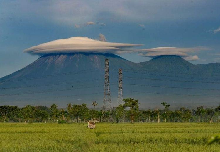 Wah, Gunung Semeru Terlihat Seperti Memakai Topi Caping Petani