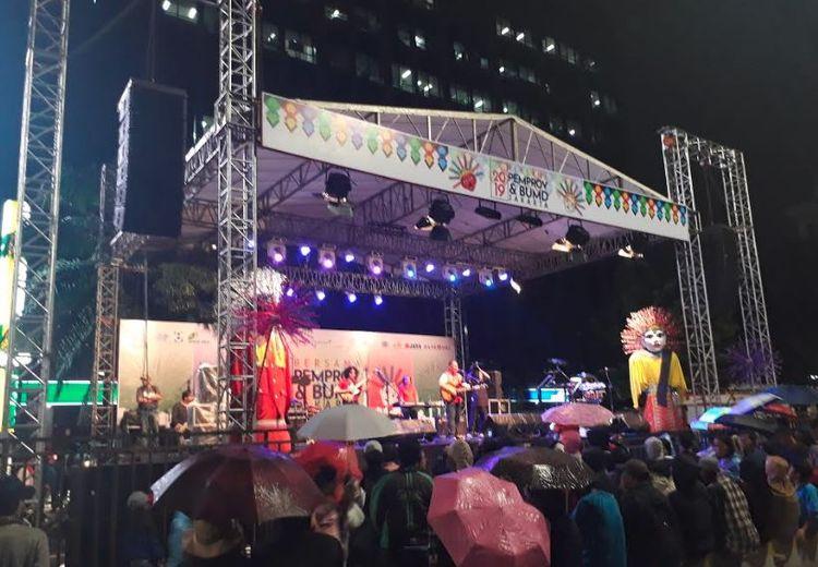 Meski Hujan, Warga Jakarta Tetap Memadati Monas Untuk Menikmati Malam Pergantian Tahun