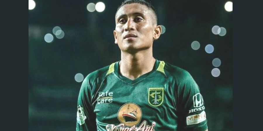 Liga 1 Libur Akibat COVID-19, Pemain Bola Ini Main Boneka Bersama Anaknya
