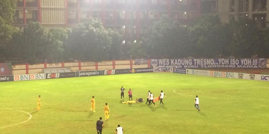 BREAKING NEWS - Bek Bhayangkara FC Jajang Mulyana Pingsan Saat Lawan PSIS Semarang