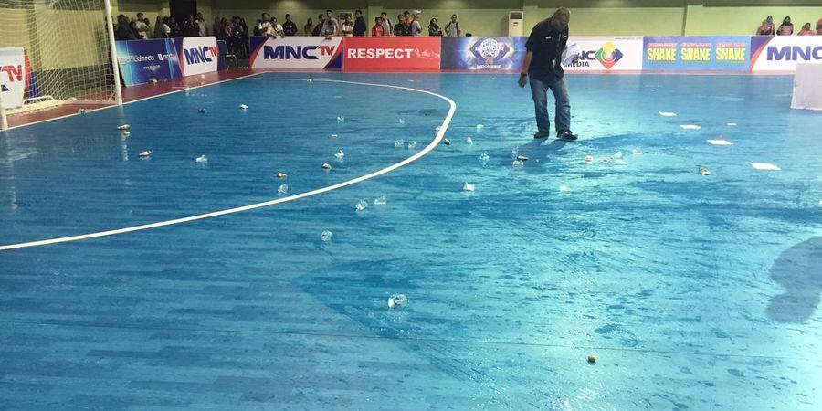 Rusuh! Ratusan Botol Melayang di Final Pro Futsal League 2019