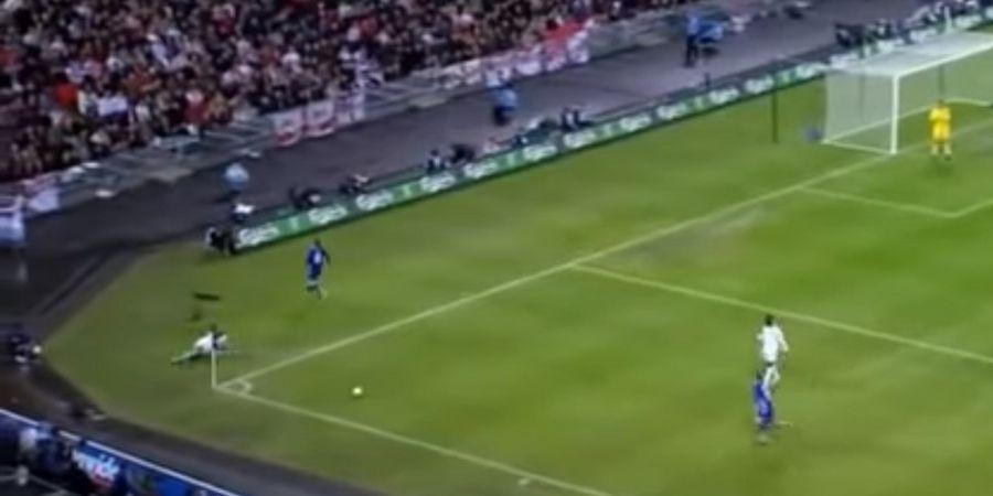 VIDEO - Kocak! Ini Dia Sliding Tackle Terjauh di Dunia dalam Sepak Bola