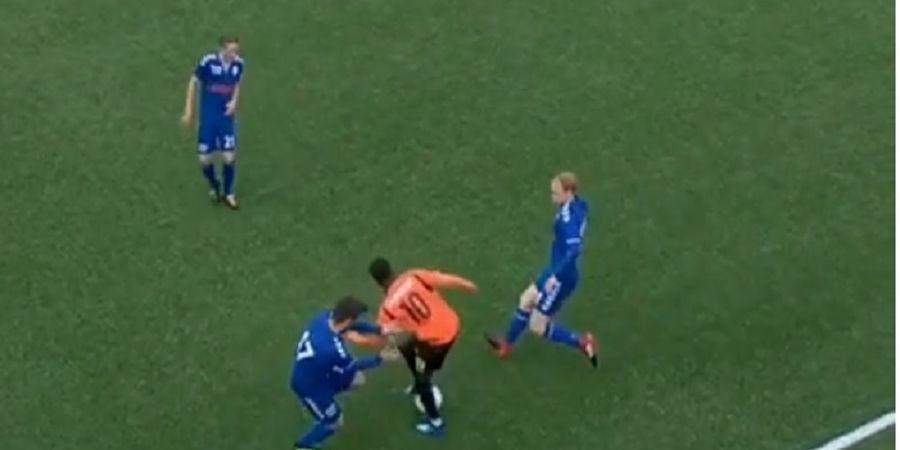VIDEO - Pesepak Bola ini Lakukan Tarian Indah untuk Lewati Dua Musuhnya!