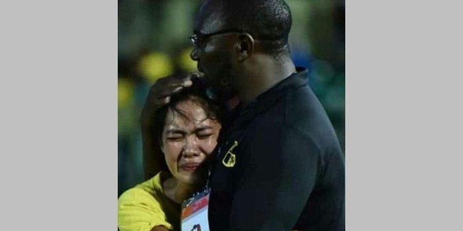 Alasan Wanita Ini Masuk ke Lapangan dan Nangis di Pelukan Jacksen F Tiago
