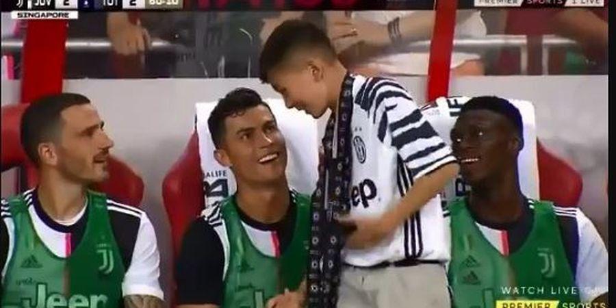 ICC 2019 - Ronaldo Ajak Pitch Invader Cilik Duduk di Bench Juventus