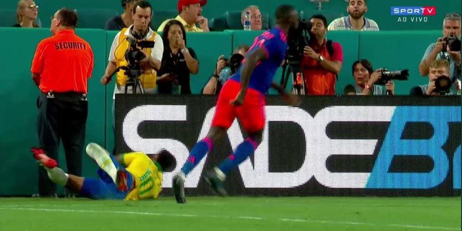VIDEO - Didorong Lawan, Neymar Terjatuh sampai Nabrak Papan Iklan