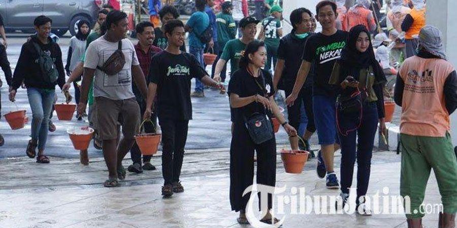 Bonek Ikuti Kerja Bakti Membersihkan Stadion Gelora Bung Tomo