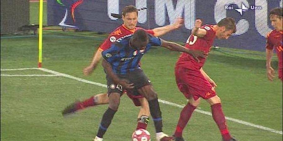 Mario Balotelli Peluk Francesco Totti Usai Tendang Dirinya Sampai Kartu Merah