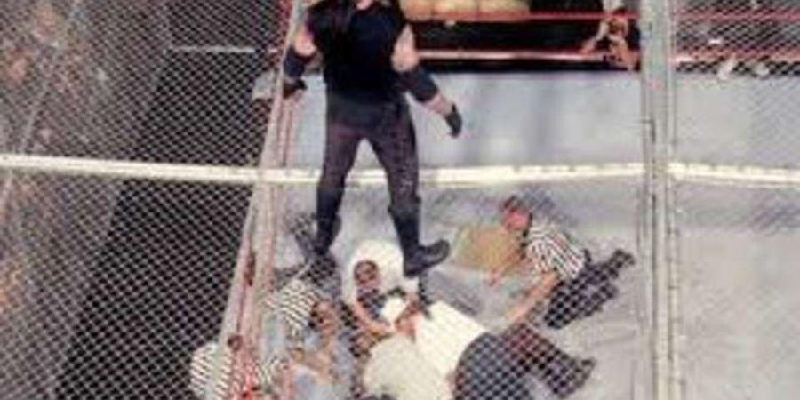 Momen Legendaris WWE! Undertaker Lempar Mankind dari Ketinggian