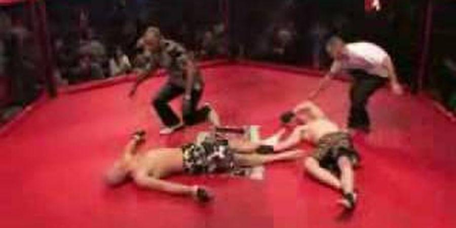 VIDEO - Superlangka, Double Knockout Pertama MMA, Saat 2 Jagoan Semaput Bareng