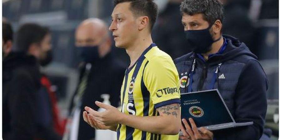 Mesut Oezil Dipaksa Main sebagai Bek dalam Laga Terbaru Fenerbahce