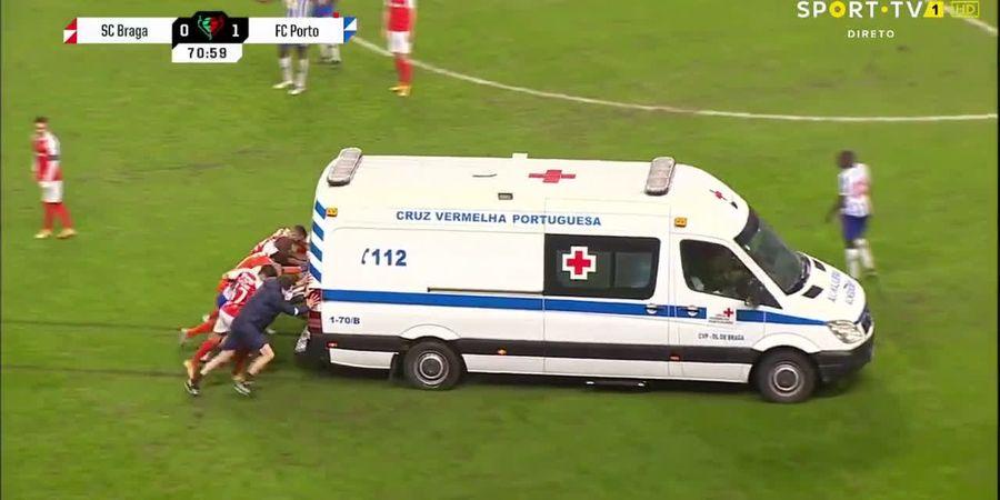 Video Para Pemain Bola Dorong Ambulan yang Mogok di Tengah Lapangan