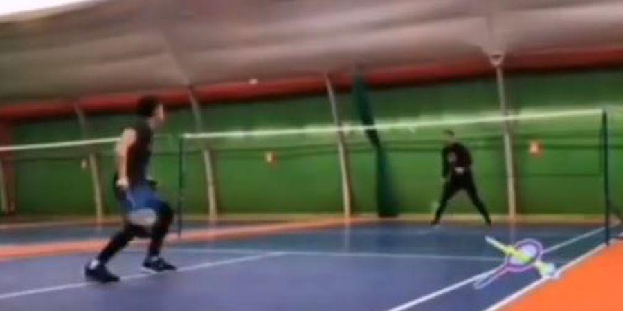 Jumping Smash Egy Maulana Vikri Bikin Kiper Nomor 1 Lechia Gdansk Gagal Balas Dendam di Lapangan Badminton