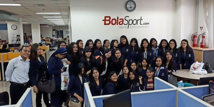 Mahasiswi STIKS Tarakanita Berkunjung ke Redaksi Tabloid BOLA dan BolaSport.com