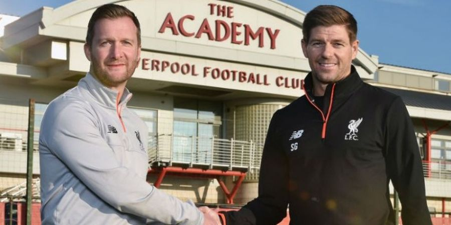 Steven Gerrard Tangani Liverpool U-18