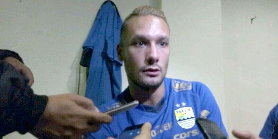 Raphael Maitimo, Pesepak Bola dengan Darah Seni