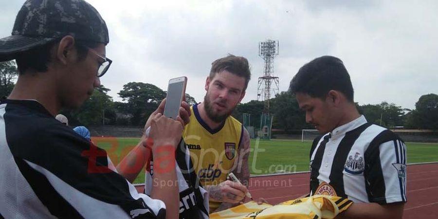 Danny Guthrie Diserbu Fans Newcastle Saat Latihan Bersama Mitra Kukar