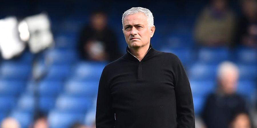 Lebih dari 8 Orang Mencegah Amukan Jose Mourinho di Stamford Bridge
