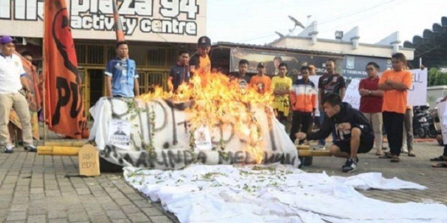 Suporter Sepak Bola di Kota Samarinda Demo dan Bakar Keranda Jenazah Bertuliskan PSSI
